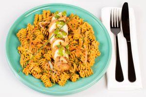Radiatori curry indien au lait de coco, poulet et julienne de carottes